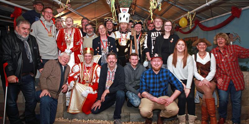 Ein schönes Bild: Hannelore, Markus und Karl-Heinz Jonas, die Belegschaft der Gartenbaufirma und die Karnevalisten der KG Rut Wiess Ranzel