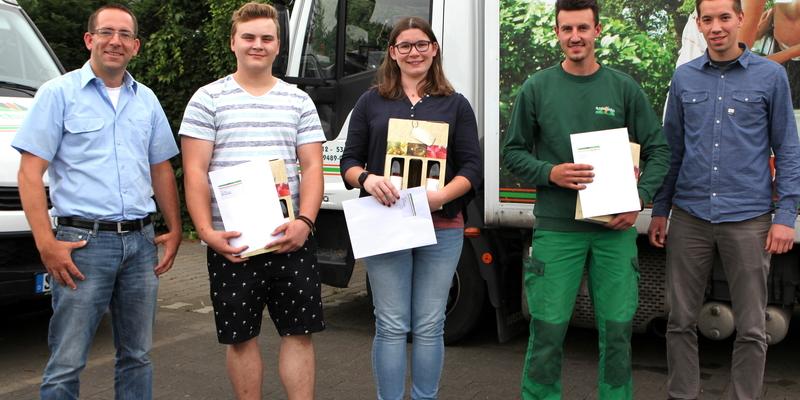 Sebastian Reuter (li.) und Matthias Ennenbach (re.) sind stolz auf ihre ehemaligen Azubis Leon Rieger, Alina Klees und Paul Raichholt (v.l.)