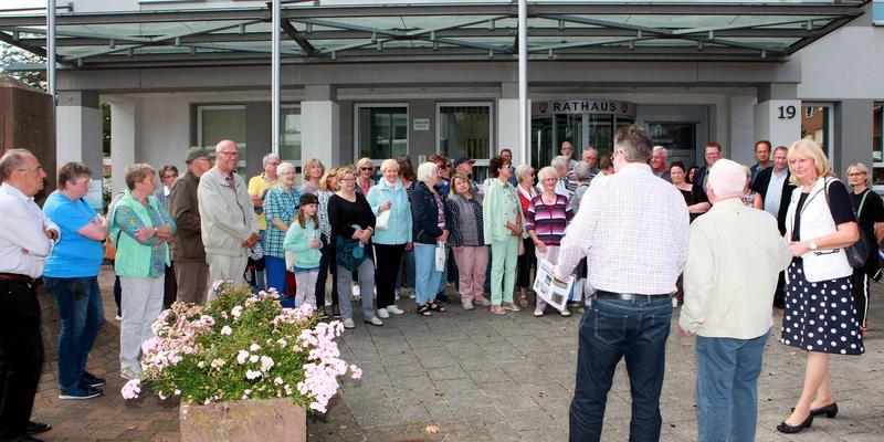 H. Seemayer, J. Schnabel und Dr. A. Lagemann begrüßten die Besucher vor dem Rathaus