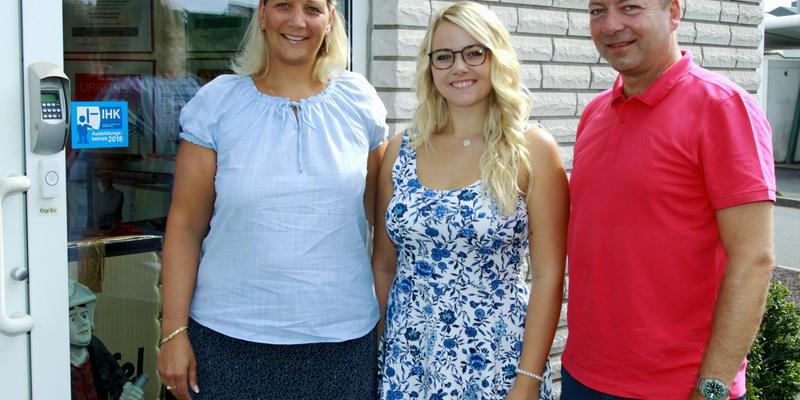 Monika und Ralf Braschoß mit Jessica, der 1. Auszubildenden des Unternehmens