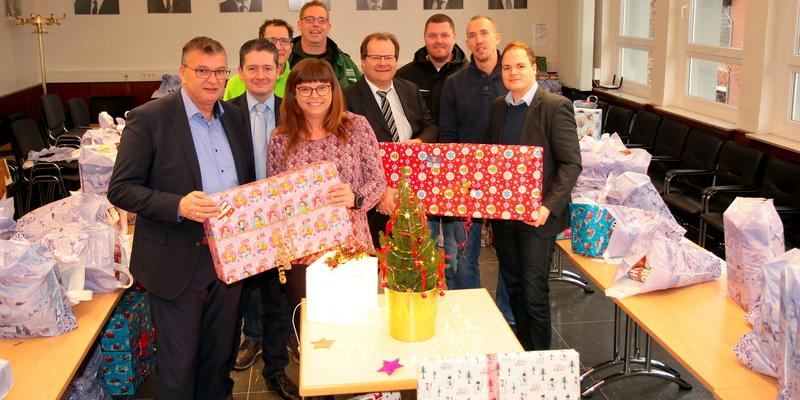 S. Vehreschild, Pressesprecher Markus Thüren, Claudia Hafer-Engels und Dr. Sebastian Sanders mit Spendern der Wunschbaumaktion