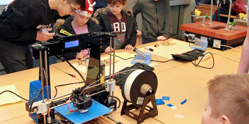 Lötkolben und 3D-Drucker faszinierten die Viertklässler