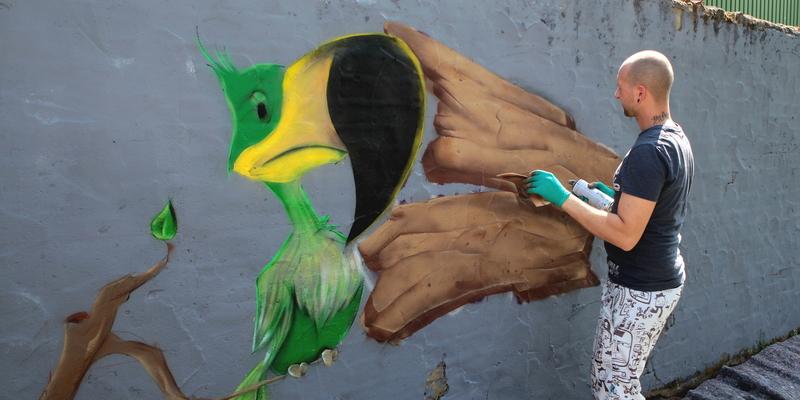 Dieses große Graffiti verschönert jetzt die Wand am Spielplatz