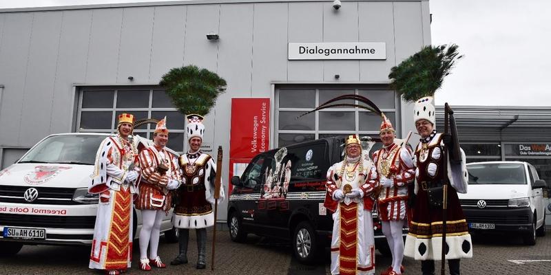Gleich zwei Dreigestirne durften ihre Autos offiziell von Autohaus Hoff übernehmen: aus Sieglar Prinz Holger II., Bauer Jan und Jungfrau Jenny und aus Oberlar Paul II., Bauer Mathias und Jungfrau Dietmara