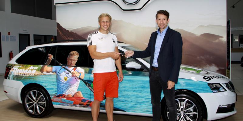 Max Rendschmidt erhält von Daniel Niemann die Autoschlüssel