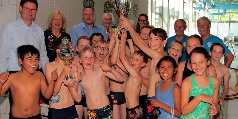 Große Freude herrschte bei der Pokalübergabe beim Siegerteam der KGS Niederkassel