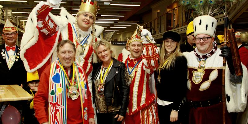 Klaus Schlee, Susanne Kayser und Nina Pawig (von links nach rechts) inmitten der geballten Fröhlichkeit