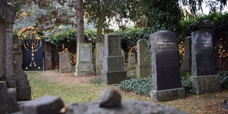 Würde und Ruhe - dies bringt der Friedhof zum Ausdruck. Hier geht es um das Gedenken an die Verstorbenen, keine Äußerlichkeiten des Grabes sind dafür von Nöten