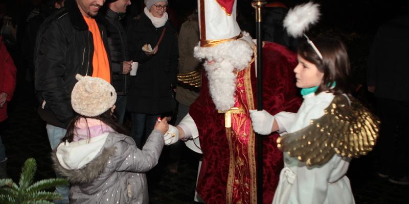 Der Nikolaus besuchte auch in diesem Jahr den Adventsmarkt