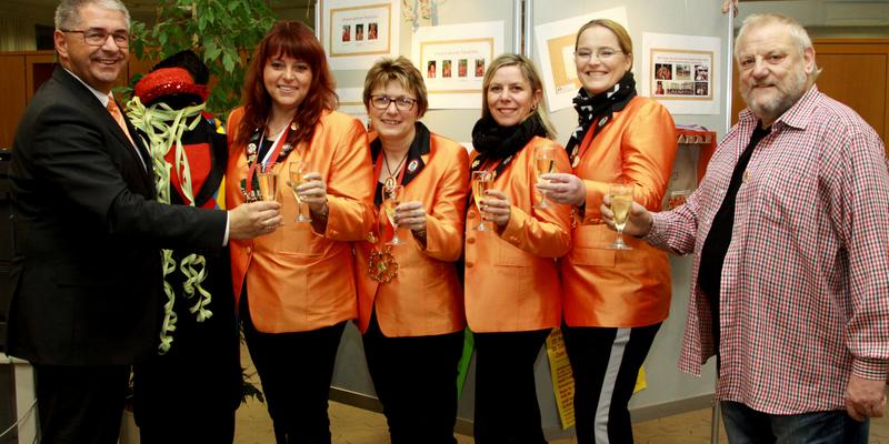 Frank Helding, Ute Klaassen, Birgit Linder, Andrea Welter, Nicole Handke und Hans-Jürgen Odenthal stoßen auf das Jubiläum an