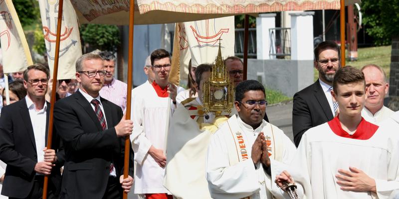 In der Monstranz trägt der Priester die konsekrierte Hostie