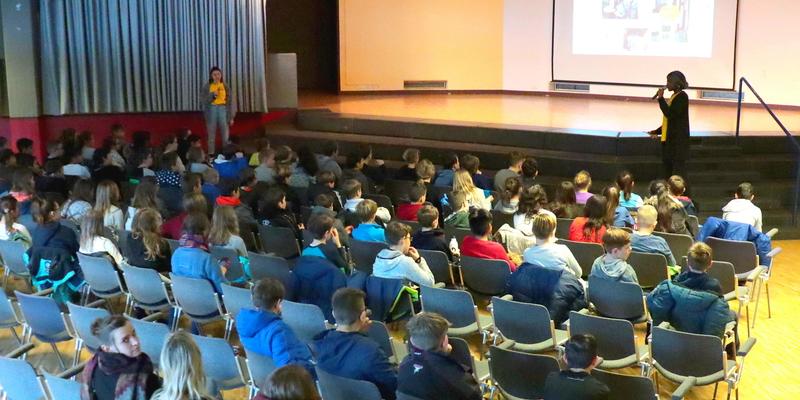 """Aufmerksam folgten die Schüler den Ausführungen zur """"Aktion Tagwerk"""""""